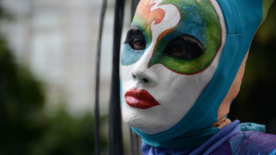 В Воронеже ходулисты, мимы и акробаты устроили грандиозное шествие