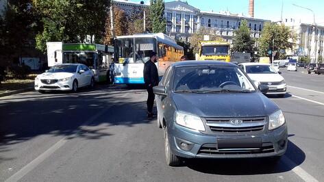 Маршрутный автобус врезался в «Ладу» в центре Воронежа