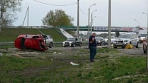 Под Воронежем иномарка врезалась в дорожное ограждение и перевернулась