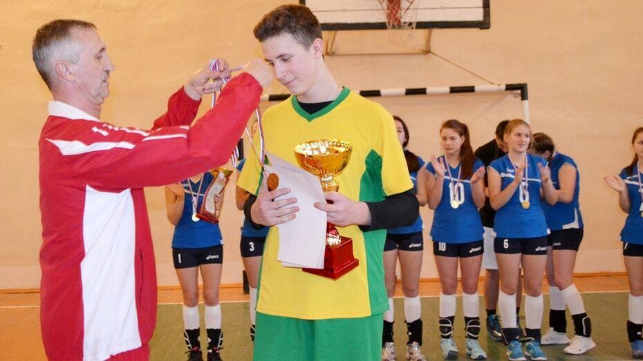 Победителей бутурлиновского турнира по волейболу наградили пирогами