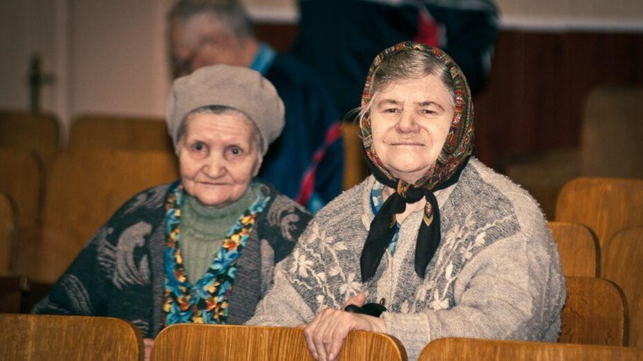 Воронежцы подарят старикам на Новый год расчески и тапочки