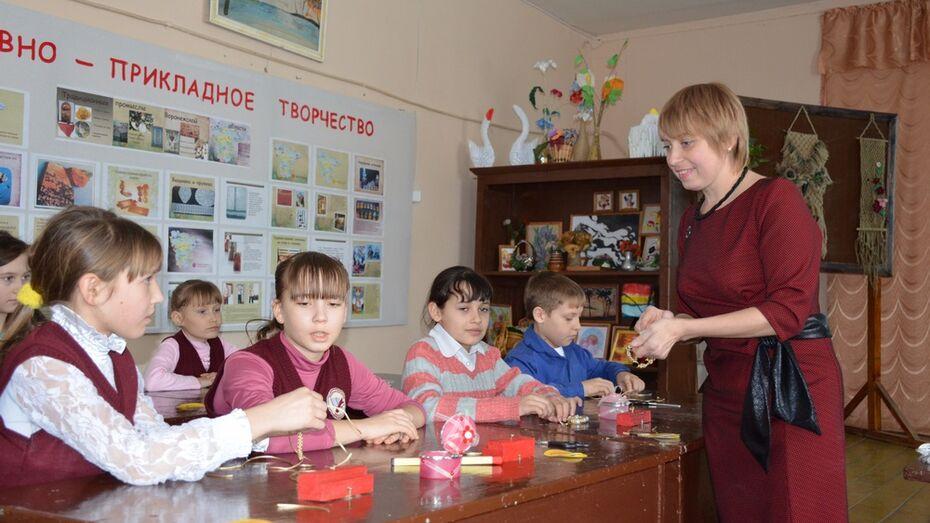 В Верхнемамонском районе школьники научились делать объемные картины из бумаги