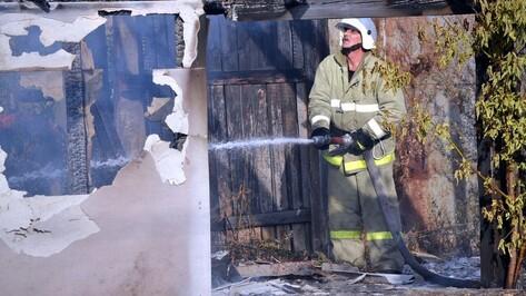 Житель рамонского села из-за пожара лишился машины и гаража