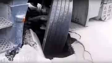 Воронежская фура провалилась в яму на дороге в Липецке