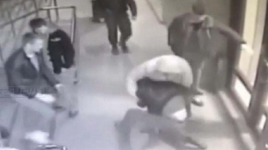 Подозреваемого в убийстве в центре Воронежа полицейские задержали в присутствии отца (ВИДЕО)