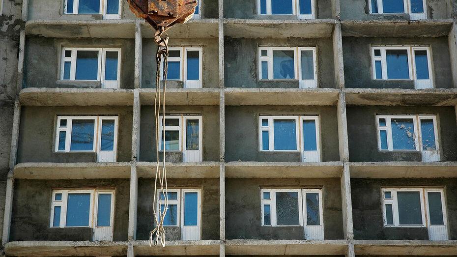Рабочий упал с высоты строящейся многоэтажки в Воронеже