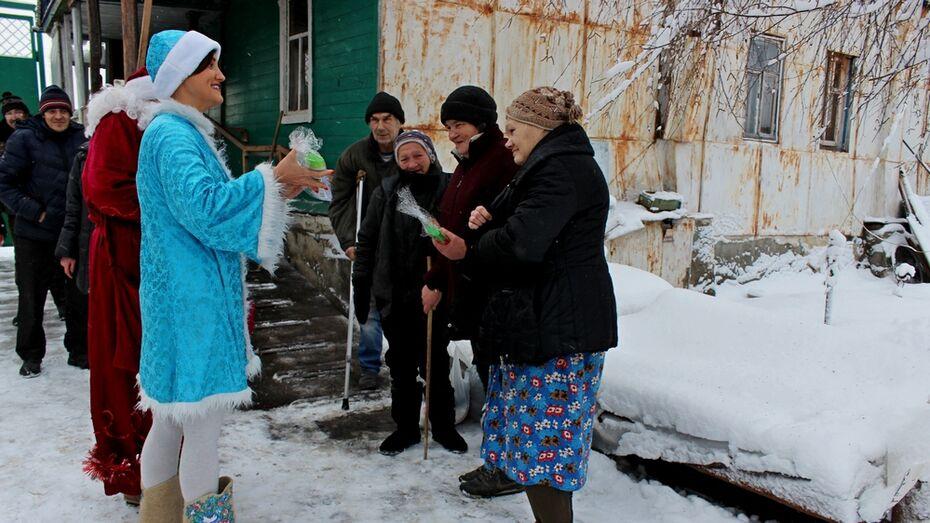 Таловские журналисты поздравили с Новым годом жителей приюта «Новая жизнь»