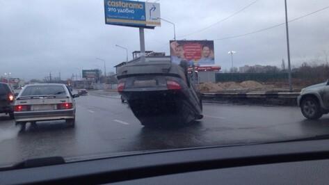 В Воронеже водитель скрылся после ДТП с перевернутой иномаркой