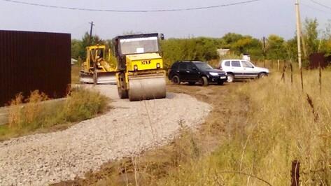 В семилукском селе засыпали щебенкой дорогу