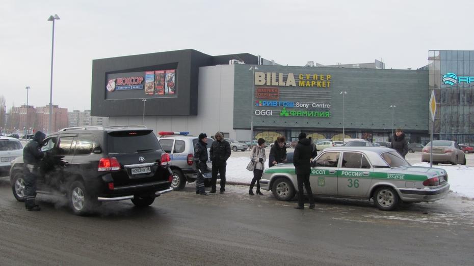Приставы отлавливали должников возле торгового центра