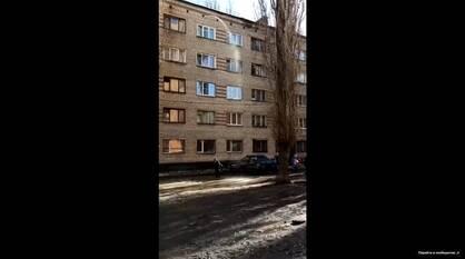 В соцсетях опубликовали видео с «водопадом» в воронежской многоэтажке