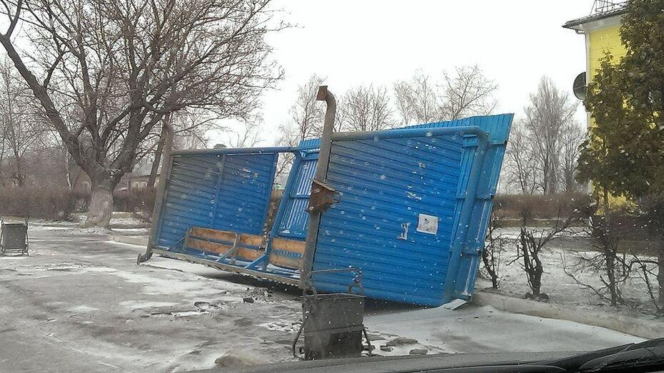 В Семилуках шквалистый ветер повалил автобусную остановку