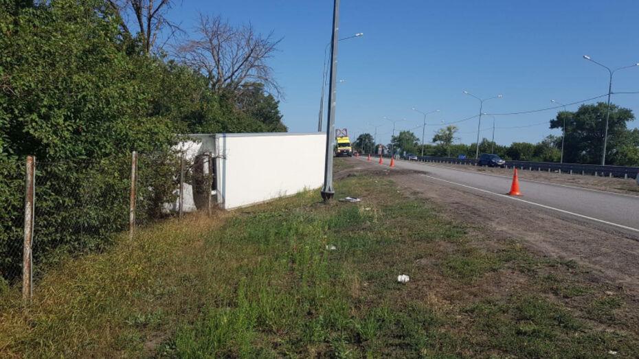 Фура слетела в кювет на воронежской трассе: водитель погиб на месте