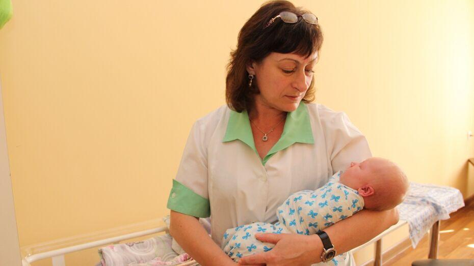 Найденной на остановке в Воронежской области новорожденной нашли семью
