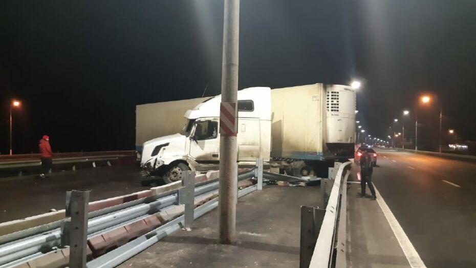В Воронежской области водитель Volvo не справился с управлением и собрал «паровоз» из 7 машин