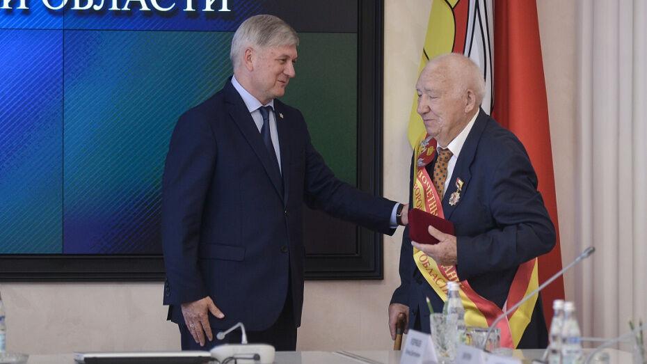 Автор лучшего проекта памятника бывшему директору «Воронежсинтезкаучука» получит 300 тыс