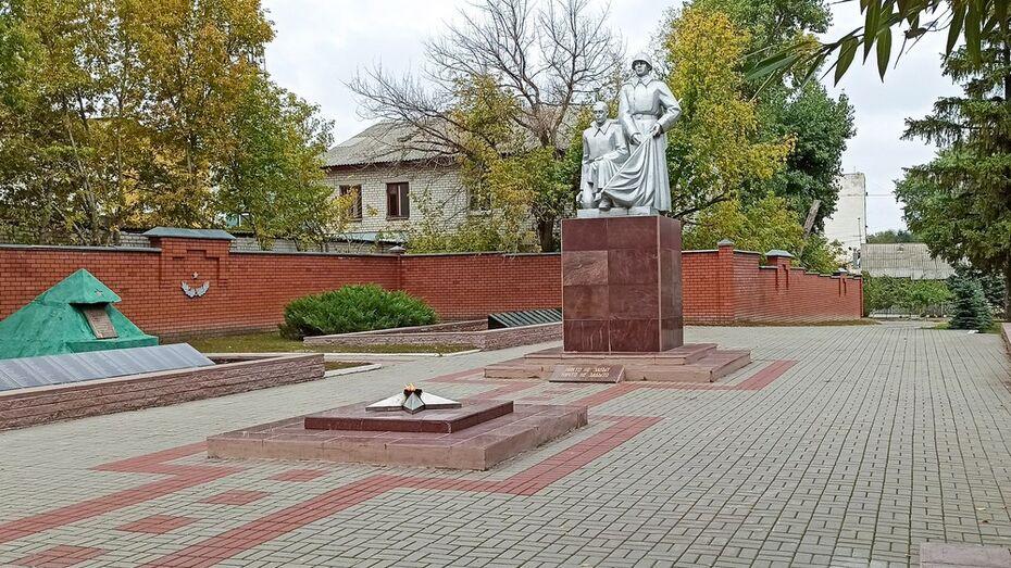 На центральном воинском захоронении в Лисках полностью заменили памятные плиты
