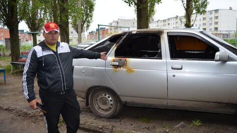 В Семилуках неизвестные подожгли  легковой автомобиль