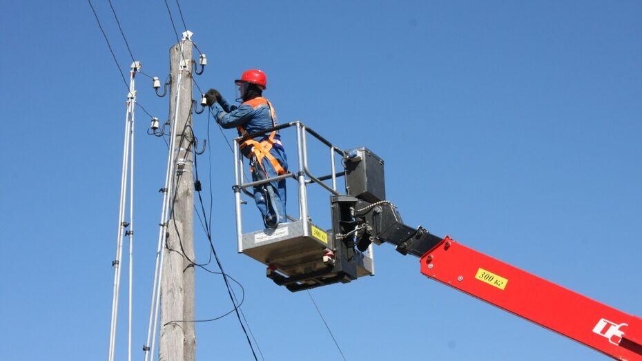 Дорожники демонтируют незаконно протянутые кабели связи на подъезде к Воронежу