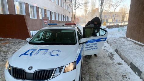 Воронежские полицейские на руках перенесли женщину в авто и отвезли в больницу