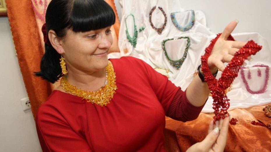 Жительница Богучарского района делает украшения из полудрагоценных камней