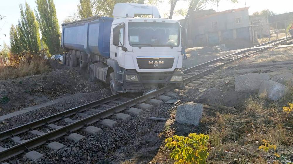 Водитель съехал на дополнительный железнодорожный путь.