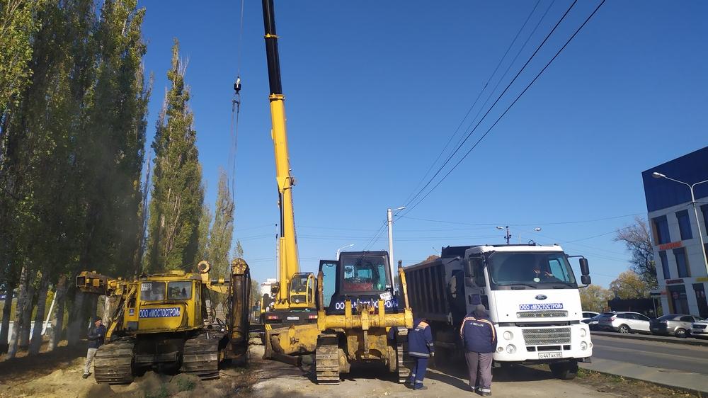 Строители начали подготовительные работы по устройству временной переправы через реку