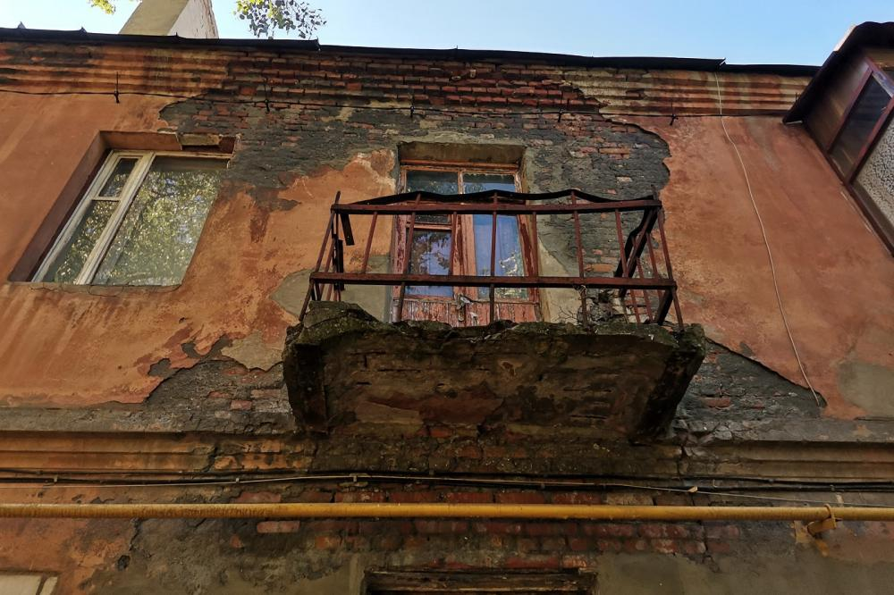 Аварийные балконы и трещины на стенах