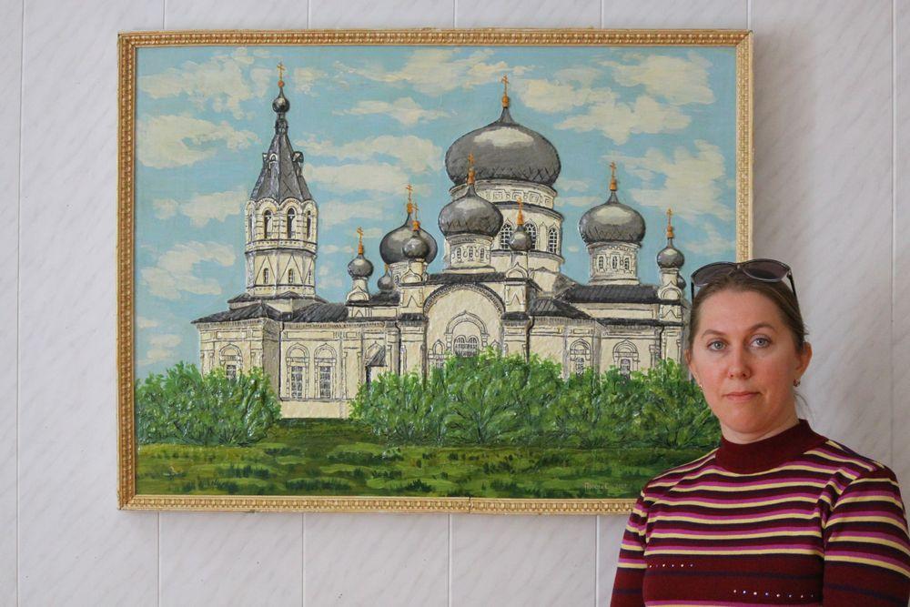 Картина с видом на храм создана из раскрашенного теста