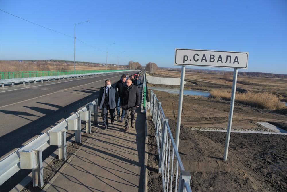 Виталий Шабалатов на мосту через реку Савала