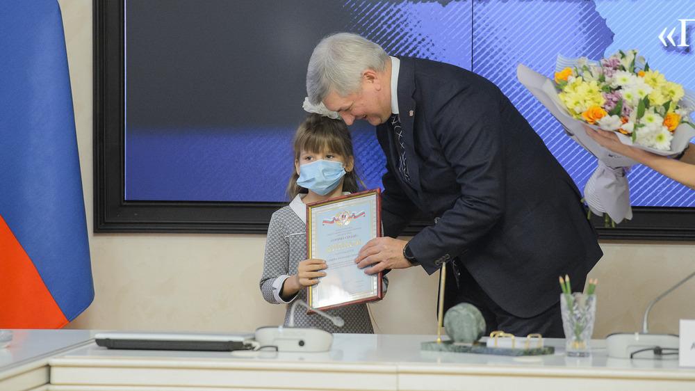 Диплом Наташе вручил губернатор Александр Гусев.