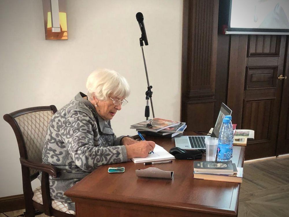 Зоя Белякова подарила дворцовому комплексу свои книги.