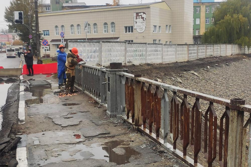 На мосту у «Работницы» снимают перила