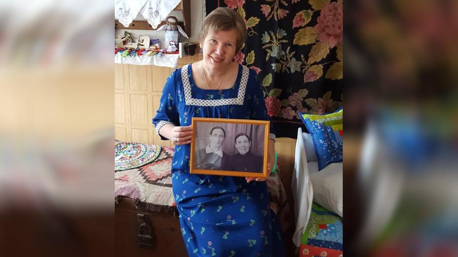 Светлана Гладкова с фотографией бабушек.