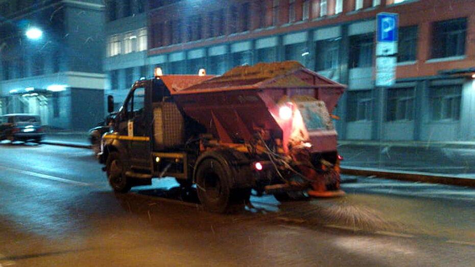 Уборка улиц в ночь первого снега в Воронеже