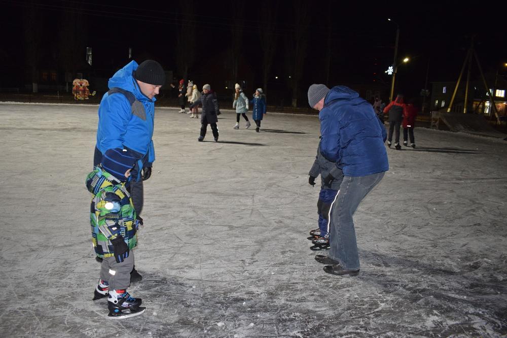 Борисоглебец Иван Тюнин учит сына кататься на коньках.