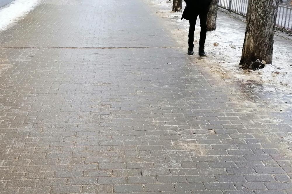 Воронежцы ходили по обочинам тротуаров