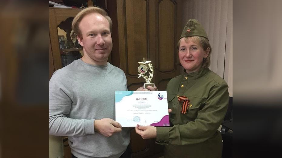 Евгений Сиухин и директор централизованной Хохольской клубной системы Ольга Донцева.