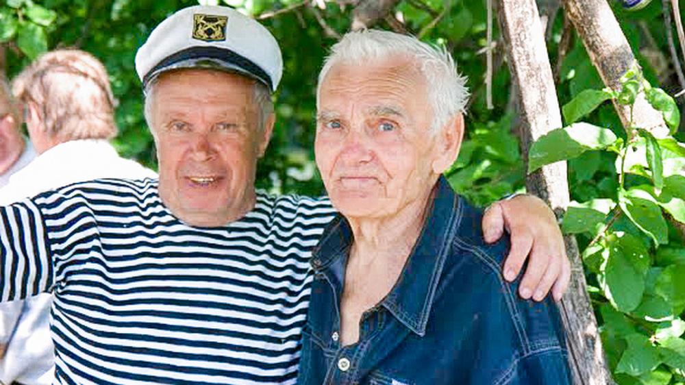 Михаил Калугин (слева) вместе с лискинским художником Иваном Финочкиным (он ушел из жизни в один год с писателем)