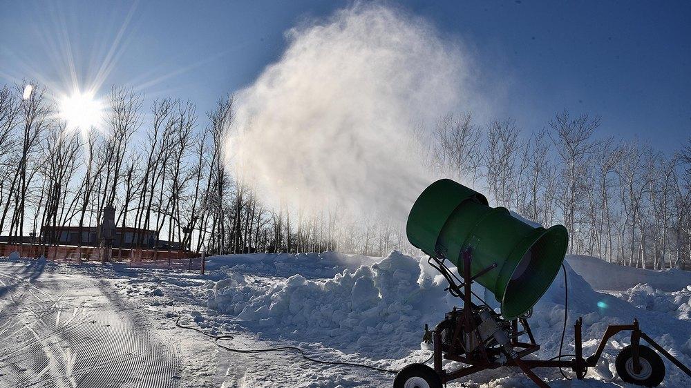Снег изготовили снежной пушкой в парковой зоне «Лес Победы»