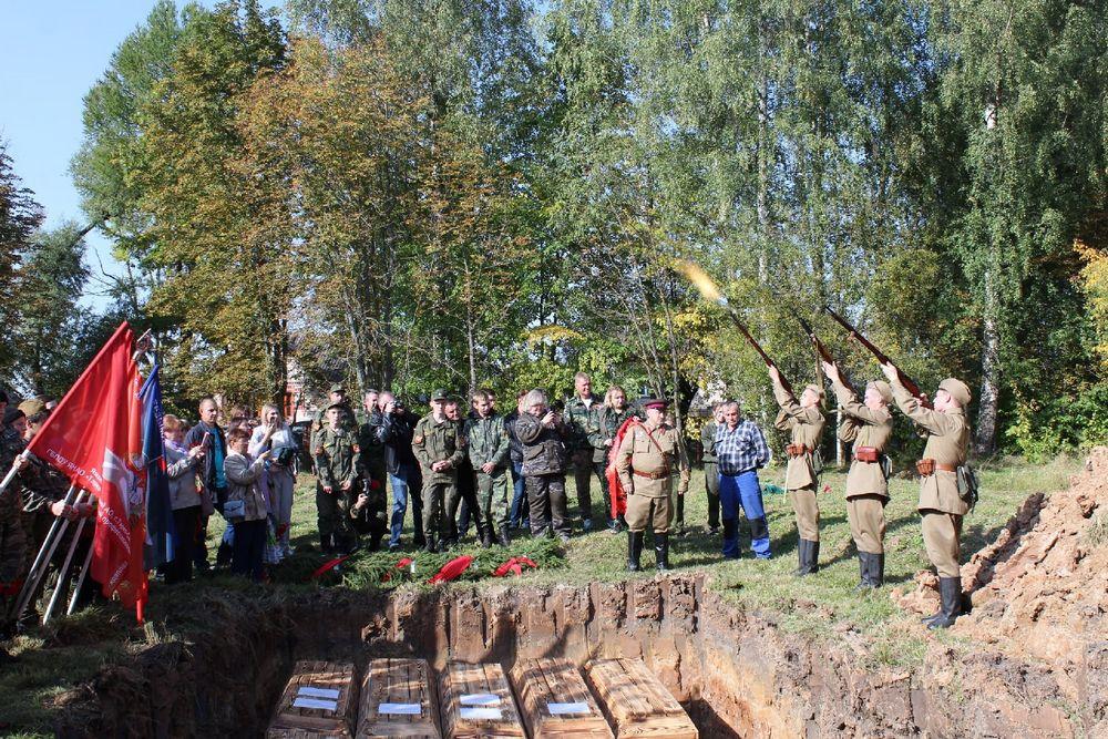 Останки Александра Тимофеева захоронили на военном кладбище в Старой Руссе.