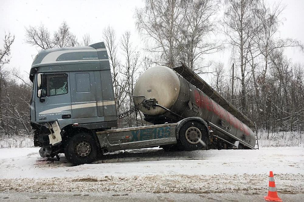 KIA столкнулась под Воронежем с двумя тягачами