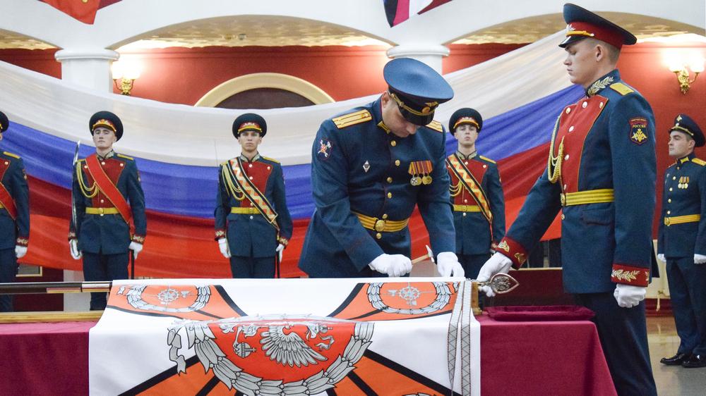Почетное право вбить «золотой» гвоздь в древко получили 14 лучших военнослужащих