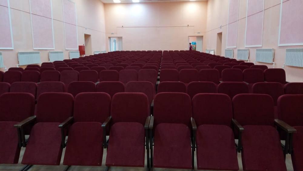 В зрительном зале установили новые кресла.