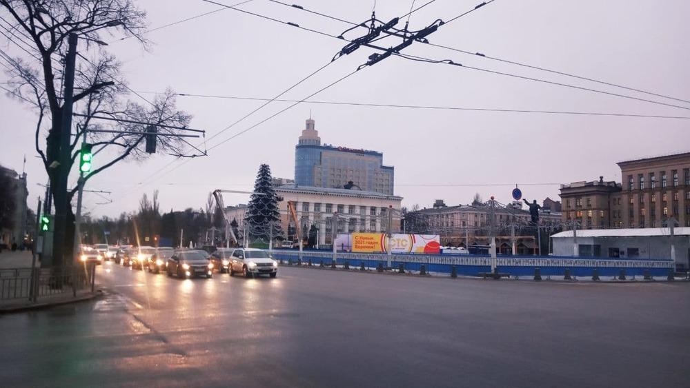 Демонтаж новогодней елки на площади Ленина
