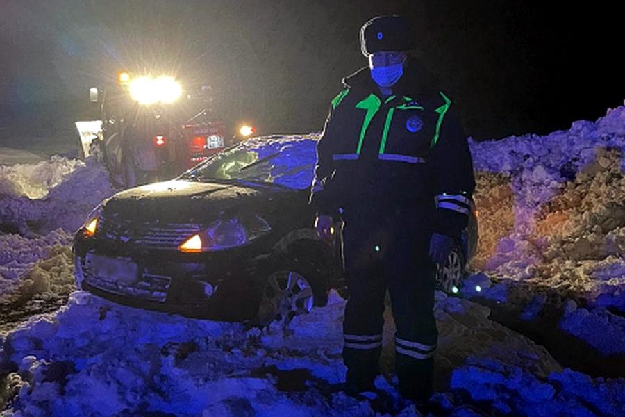 Nissan вытащили из снежного плена