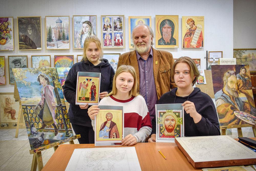 На фото слева направо: стоят Любовь Ускова, Андрей Верхотин, сидят Анна Чикарева, Карина Кубракова.