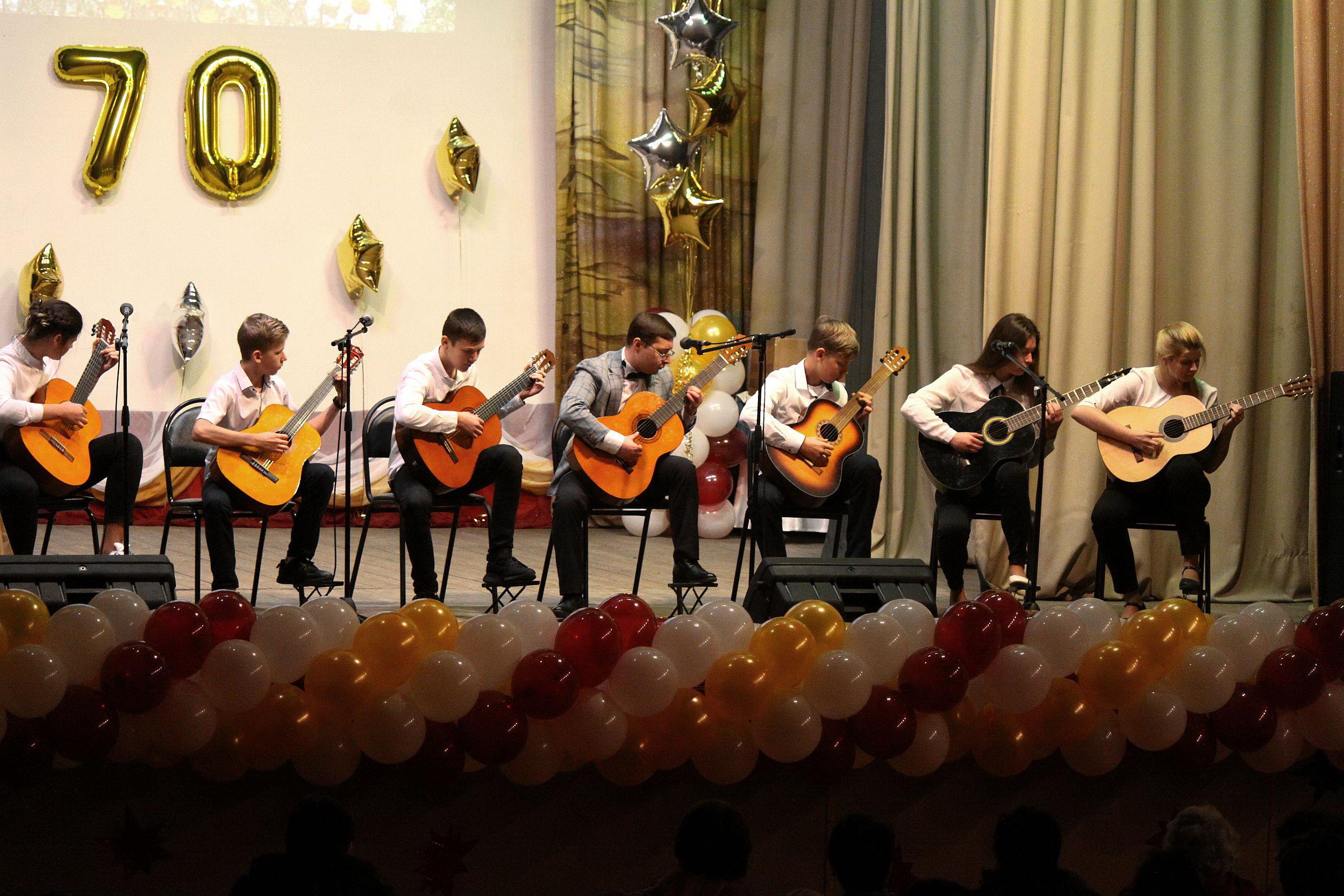 Педагог с учениками на концерте в честь 70-летия Садовской школы