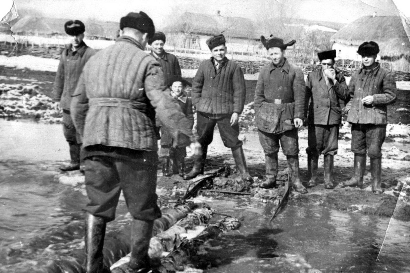 Временный переход  в Ержовку во время половодья (60-е годы). Диденко — третий справа. Фото – предоставлено Вячеславом Пометовым