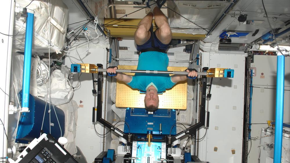 Космонавты ежедневно занимаются на тренажерах